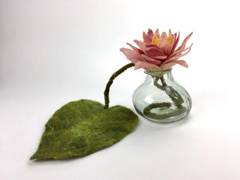 Rose Lotusbloem<br>verbonden met het blad